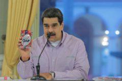 """CAR001. CARACAS (VENEZUELA), 30/10/2019.- Fotografía cedida por prensa de Miraflores del presidente de Venezuela, Nicolás <HIT>Maduro</HIT>, en un acto de gobierno este miércoles en Caracas (Venezuela). <HIT>Maduro</HIT> afirmó que en Chile comenzó """"un proceso popular constituyente"""" al referirse a las protestas que por más de una semana se han registrado en varias ciudades del país sureño y en las que se ha demandado una reforma constitucional.  NO VENTAS SOLO USO EDITORIAL"""