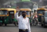 Un policía de tráfico usa mascarilla para protegerse de la contaminación en la ciudad de Delhi.