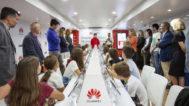 En el aula portátil 'Smartbus: comparte sin arriesgarte', de Huawei, dos profesores enseñarán a niños y jóvenes los peligros de internet en sesiones de 55 minutos.