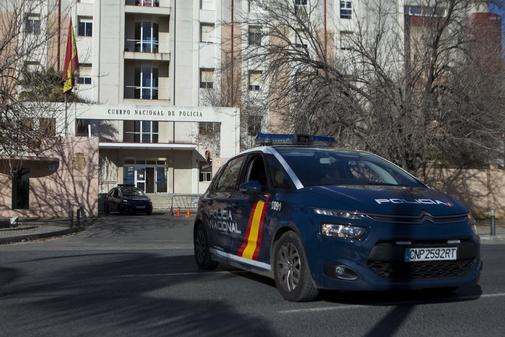 Coche de la Policía Nacional sale de una comisaría