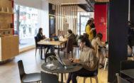 Work Café Santander de la calle Goya (Madrid), un innovador concepto de oficina que reúne, en un solo lugar, banco, 'cowork' y cafetería.