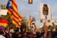 Un grupo de manifestantes se concentra en los aledaños del Palacio de Congresos de Barcelona, este lunes, con motivo de la entrega de los Premios Princesa de Girona.