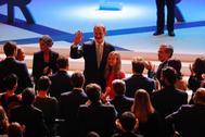 Felipe VI saluda con la Princesa de Asturias a su lado este lunes en Barcelona.