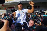 Hamilton celebra su sexto Mundial en Austin.