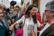 La presidenta de VOX en la Comunidad de Madrid, Rocío Monasterio, y el líder de Vox en Andalucía, Francisco Serrano, se han manifestado este lunes contra la inmigración ilegal frente a un centro de menores del barrio de la Macarena.