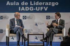 El director de EL MUNDO, Francisco Rosell, y el ex presidente del Gobierno José María Aznar (dcha.). este lunes, en Pozuelo de Alarcón (Madrid).