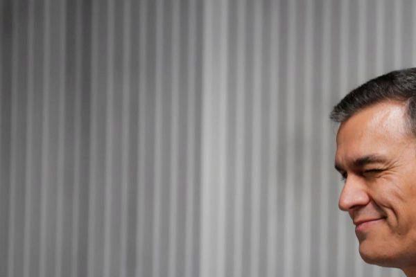 Pedro Sánchez gesticula al llegar al debate electoral de TVE.