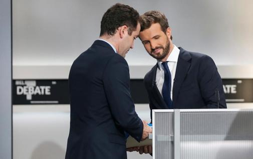El candidato del PP, Pablo Casado (dcha.), este lunes, en un momento...