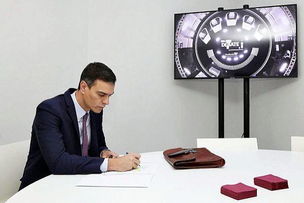 Pedro Sánchez toma notas, anoche, en los momentos previos al debate.
