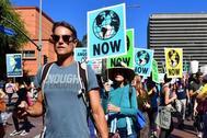 Activistas se manifiestan por el centro de Los Ángeles, en EE.UU, contra el cambio climático.