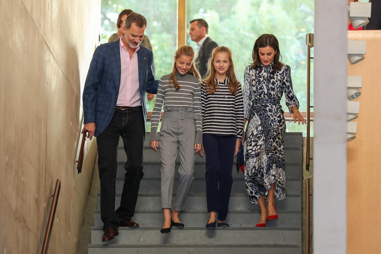 La Princesa y su hermana han acudido con sus padres a la jornada de conferencias y mesas redondas <em>El talento atrae al talento</em>. Una vez más, Leonor y Sofía han conjuntado sus <em>looks</em>, con <em>tops</em> de rayas y pantalones en distintos colores: la Infanta en gris y la heredera en azul marino. La Reina también ha conjuntado los tonos de su camisero estampado con los de sus hijas.