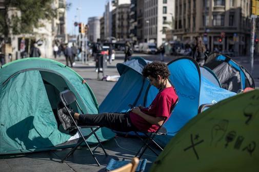 Un manifestante universitario, en la acampada organizada para...