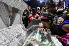 Familiares de cinco indígenas asesinados en un ataque de las FARC lloran durante su funeral, en Toribío (Colombia).