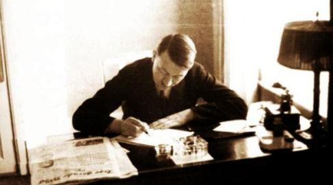 Adolf Hitler, en su despacho