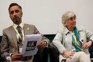 Clara Ponsatí con su abogado, Aamer Anwar, durante una conferencia en Aberdeen en verano de 2018.