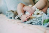 Detalle de los pies de un recién nacido en el hospital: