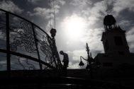 Un operario monta el abeto luminoso de la Puerta de Sol