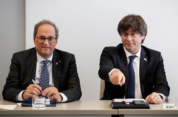 El presidente catalán, Quim Torra (izqda.), y el ex presidente Carles Puigdemont, en una comparecencia, en septiembre, en Bruselas.