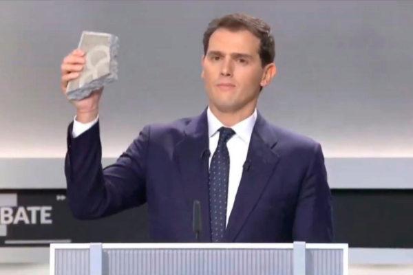 Albert Rivera muestra un adoquín de Barcelona durante el debate...