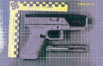 Detalle de una pistola encontrada en los registros, en la 'operación Judas'.