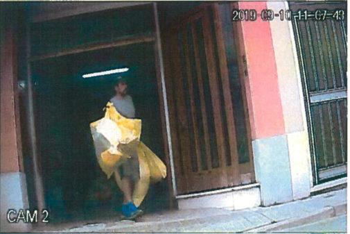Jordi Ros, uno de los detenidos, saca varias bolsas de la basura bajo...