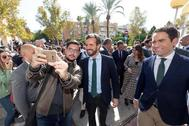 Pablo Casado, junto a Teodoro García Egea, se hace una foto con un joven en Murcia.