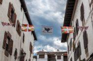 'Ikurriñas' y banderas de presos de ETA en Elizondo (Navarra).