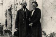Juan Ramón Jiménez y Zenobia Camprubí fotografiados por Benjamín Palencia en la terraza de la casa del matrimonio en la calle Lista, Madrid, 1923.