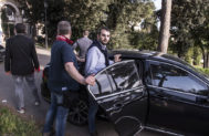 El periodista de investigación siciliano Paolo Borrometi, entrando en su coche rodeado de algunos de sus guardaespaldas.