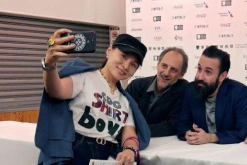Antonio Orejudo y Aritz Moreno posan con una fan en el Festival de Tokio.