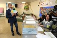 El líder de Nueva Canarias, Román Rodríguez, bromeando en la votación de las elecciones autonómicas del pasado mayo.