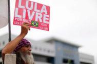Un hombre pide la libertad de Lula en Curitiba.