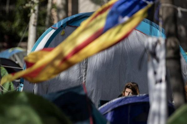 Acampada en la Plaza de Cataluña de Barcelona en protesta por la sentencia del procés.