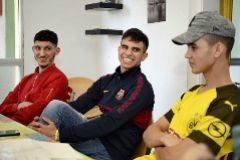 Rabia, Oussana y Saheib en el salón del piso que comparten.