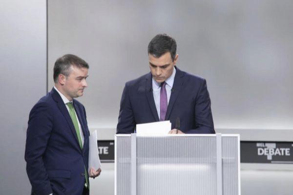 Iván Redondo y Pedro Sánchez, durante el debate del lunes.