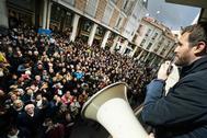 Pablo Casado se dirige con un megáfono a simpatizantes del PP en un acto en Palencia.