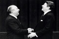 Ronald Reagan y Mijail Gorbachov se dan la mano en 1985.