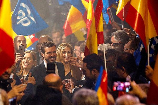 Pablo Casado y su mujer, Isabel Torres, en el acto final de campaña del PP, en Madrid.