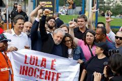 El ex presidente Lula sale de prisión jaleado por sus fieles y lanza los primeros dardos a Bolsonaro