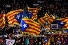 Aficionados con símbolos independentistas en las gradas del Camp Nou, el martes ante el Slavia.