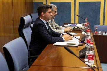 El presidente de la comisión de investigación parlamentaria de la Faffe, Enrique Moreno, junto al letrado.