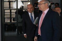 El ex presidente de la Junta, Manuel Chaves, abandona la comisión de investigación de la Faffe el pasado jueves.