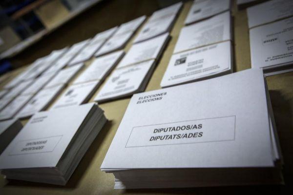 Sobres y papeletas electorales.