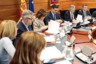 Pedro Sánchez, junto a la vicepresidenta Calvo y el ministro Grande-Marlaska, en la reunión este sábado del comité sobre Cataluña.