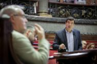 Fernando Giner interviene ante el alcalde Joan Ribó en un pleno del Ayuntamiento de Valencia.