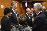 El Rey Felipe VI saluda al presidente de Cuba, Miguel Díaz-Canel, en la toma de posesión del presidente de México en diciembre de 2018.