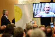 Alberto Fernández observa un vídeo grabado por Lula da Silva.