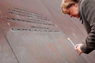 Angela Merkel recuerda a los fallecidos atravesando el Muro de Berlín