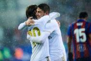 Valverde (dcha) se abraza con Modric tras marcar su gol al Eibar.