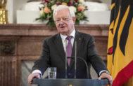 Rudolf Seiters, tras recibir la Órden del Mérito de Alemania, en 2018.